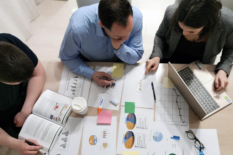 Hier arbeiten Online Marketing Manager an einem Online Marketing Konzept