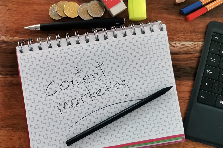 Hier wurde der Begriff Content Marketing per Hand auf einen Notizblock geschrieben