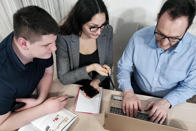 Hier arbeiten Personen an einem Digital Transformations Projekt am Laptop