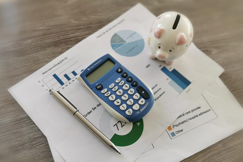 Hier werden ein Taschenrechner und ein Sparschwein zur Symbolisierung von Förderungen für Weiterbildungen angezeigt