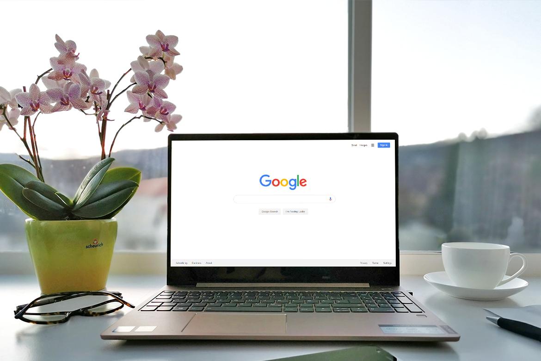 Hier wird die Startseite der Suchmaschine Google in einem Laptop angezeigt