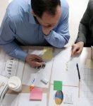 Hier werden MarketingmitarbeiterInnen angezeigt, die an einem Online Marketing Konzept arbeiten